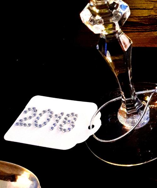 Table noire et argentée