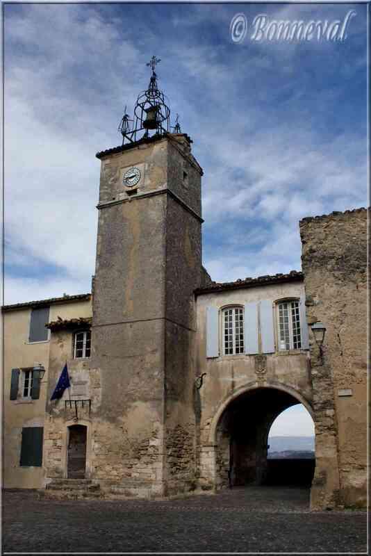 Ménerbes Vaucluse le beffroi et son campanile