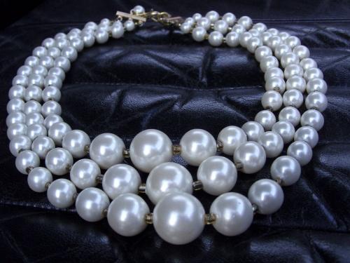 Collier sixties en perles de culture fantaisie réalisé par Sylvie Le Brigant  - Intérieur cuir de la Lancia Flavia de 1965 carrossée par Pininfarina