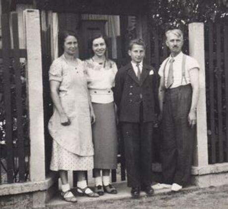 1938... Jean, adolescent, ignore encore qu'une bourrasque va survenir