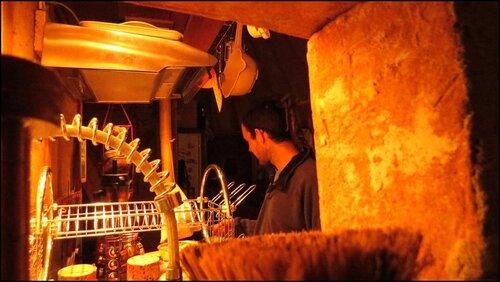 Vue de la cuisine depuis la salle de bain le soir