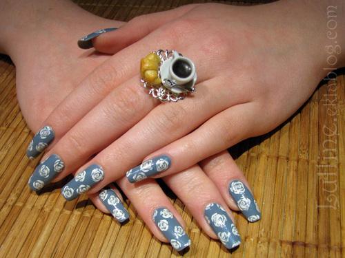Nail art roses blanches