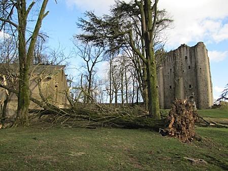le-chateau-de-Pouzauges-lors-de-La-tempete-Xyntia 0014