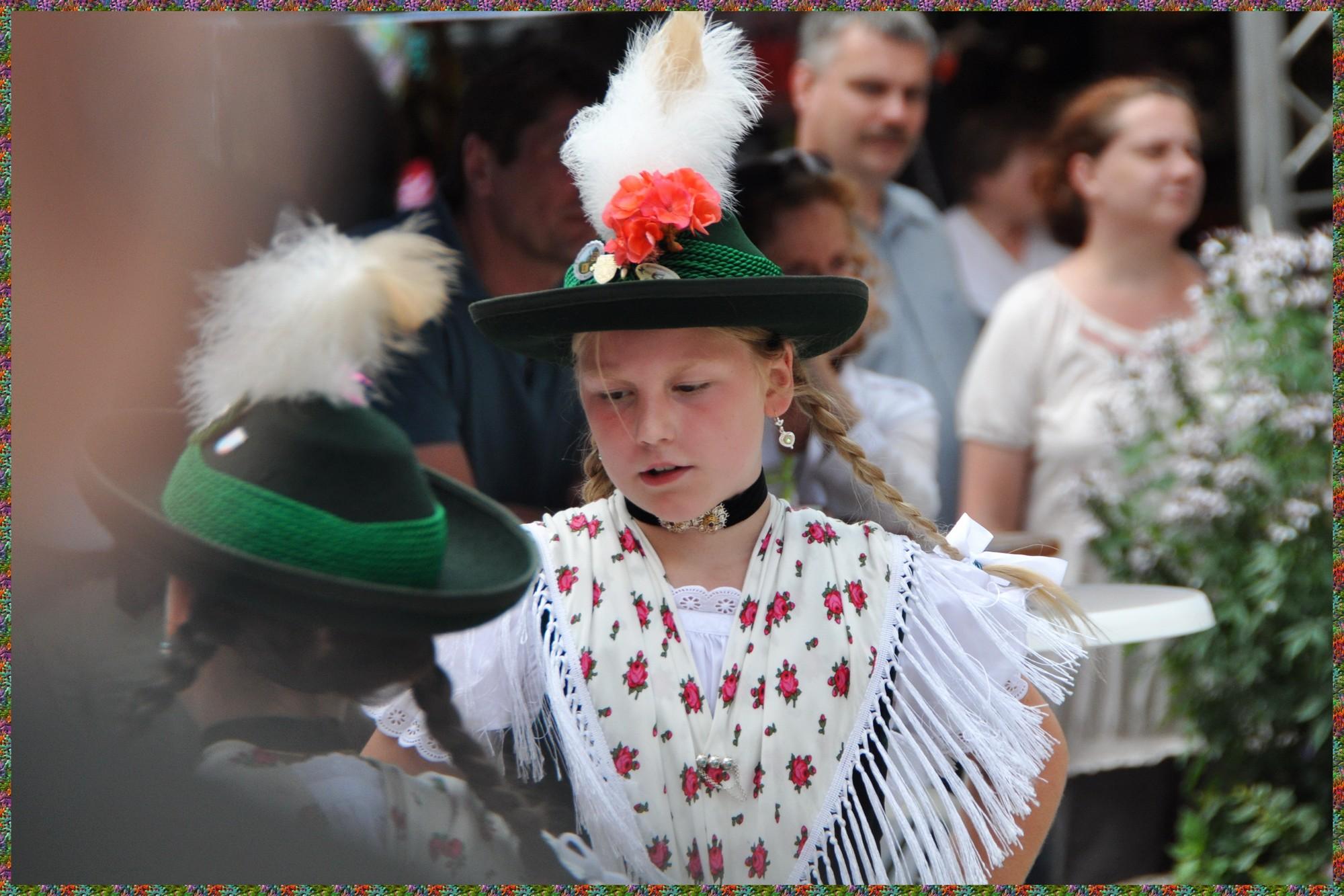 Petite fille habillée en costume local lors d'une Fête folklorique à Berchtesgaden
