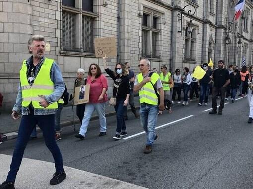 Quelque 150 Gilets jaunes ont défilé, dans le calme, ce samedi 12 septembre à Quimper (Finistère).