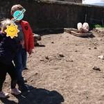 Adèle et Louis nourrissent les cochons.