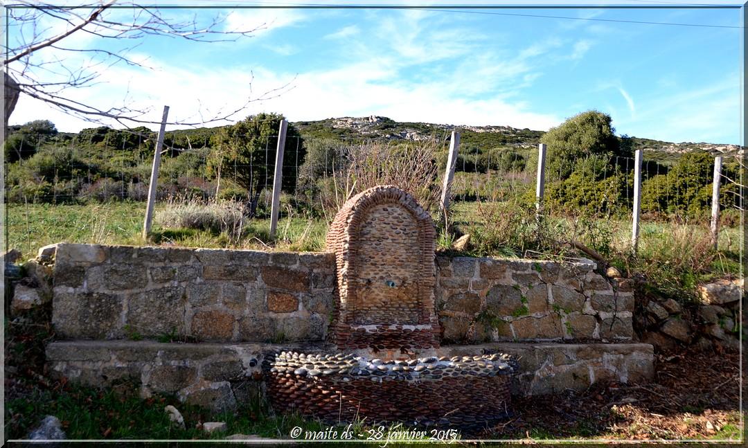 Fontaine sur la route du bord de mer Galéria-Calvi - Corse