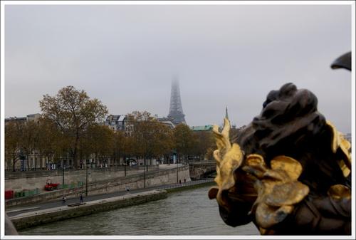 La Tour Eiffel. Un jour de brouillard