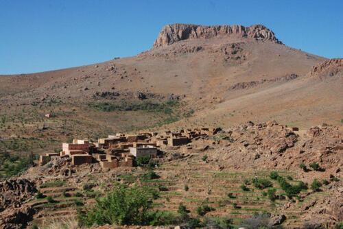 Un village à flanc de montagne qui se confondent avec le sol