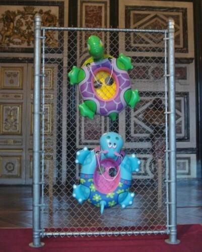 Versailles-Koons-Chainlink-salle-gardes-3.jpg