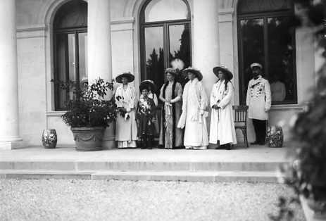 Alexandra Feodorovna with her children outside Livadia: 1913.