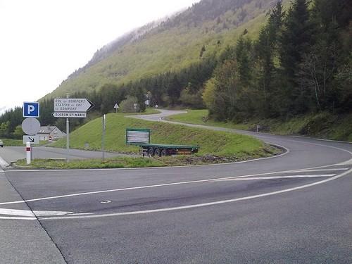 800px-Carrefour entre la route vers le tunnel et le col du