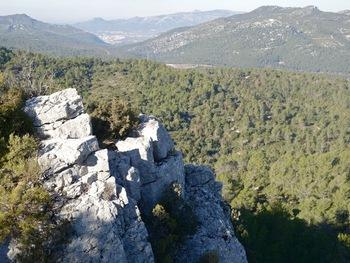 Un profond ravin sépare ce rocher du sommet de la Tête de Nige