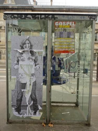 cabine téléphonique street-art femme