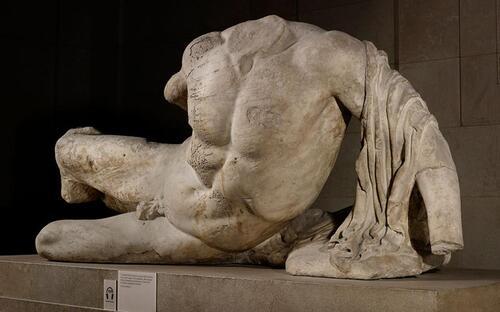 Le British Museum prête une statue du Parthénon...