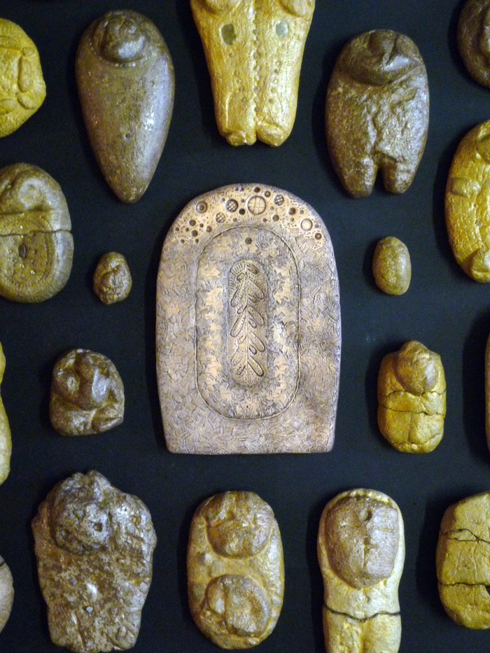 Petits objets archéologiques dont au centre, un plaquet-feuillet