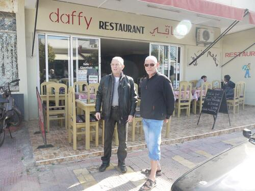 Claude et Paul devant le restaurant
