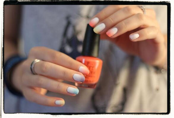 Un dégradé coloré et festif sur les ongles!