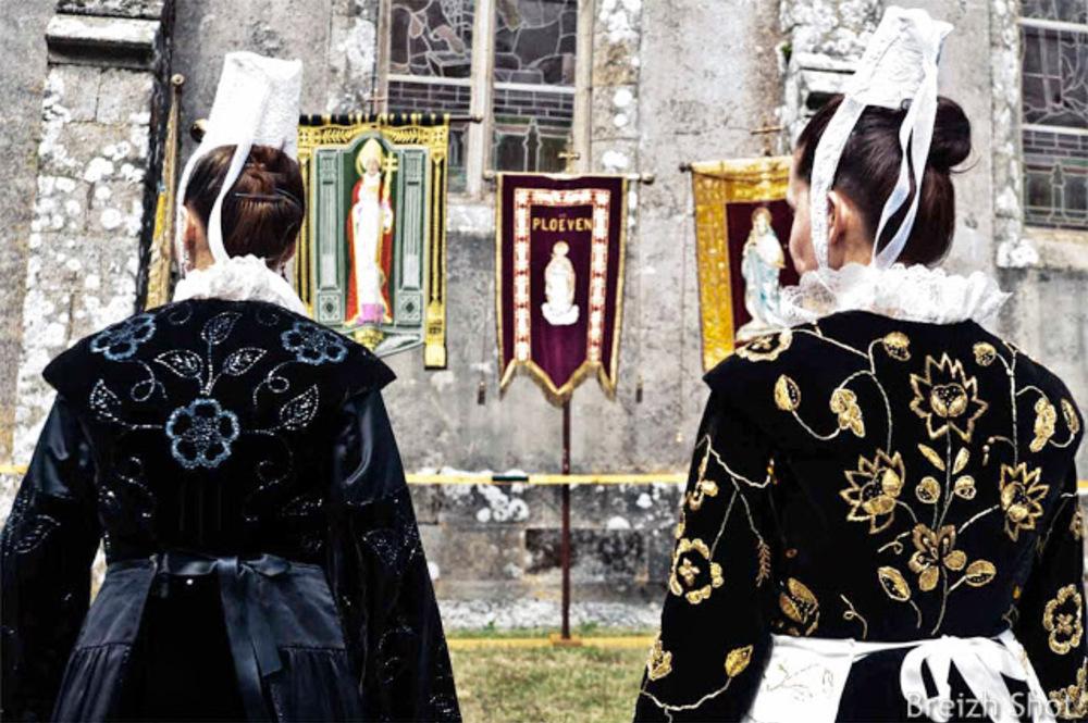 Les bannières et coiffes - grand Pardon de Sainte-Anne la Palud