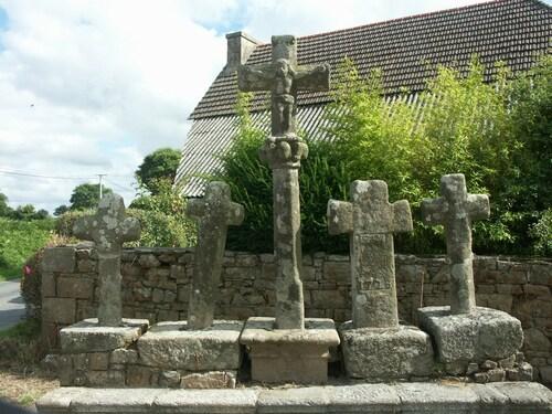 -Les cinq croix (Plouberze)