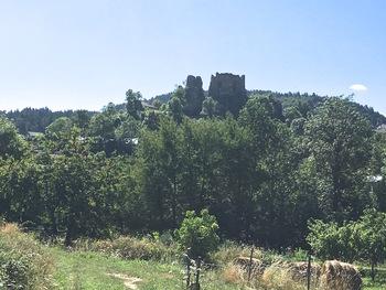 En contre-jour, le château de Quérigut