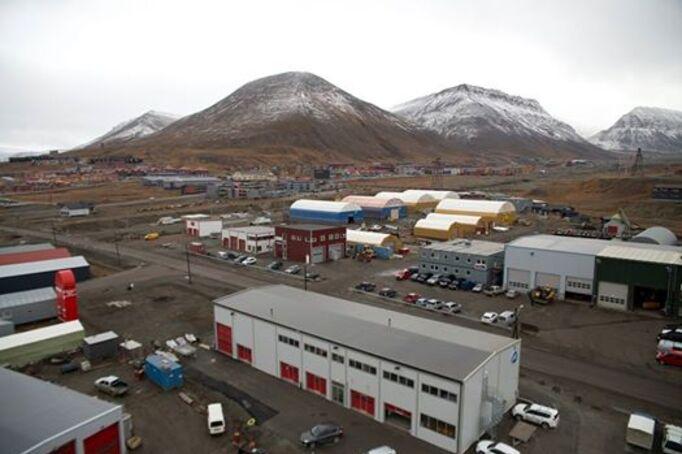 Photo: Vi kjenner at den kalde årstiden presser på. Snøfiller på toppene, og kaldere vind i gatene er ikke til å misforstå. Både toppene og gatene er ekstra godt synlige på ukens fredagsbilde. Fra den nye kranbilen til Longyearbyen brannvesen, som strekker seg 32 meter over bakken, er det mulig å få et flott fugleperspektiv av vår arktiske oase.  Svalbardposten ønsker alle sine lesere ei riktig god helg! Foto: Christopher Engås