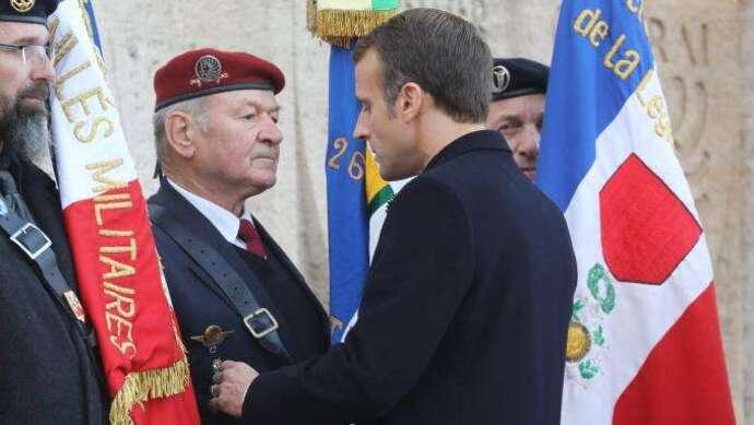 """""""On va continuer le travail"""" : Emmanuel Macron répond à un ancien combattant lui demandant d'expulser les sans-papiers"""