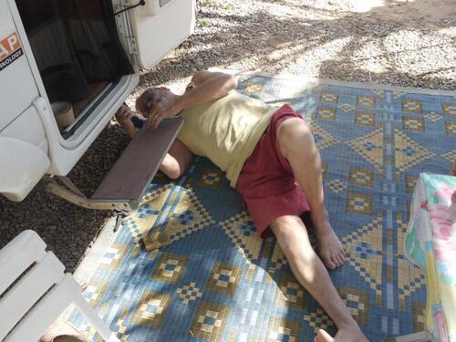 Couché à même le sole, sous le cc