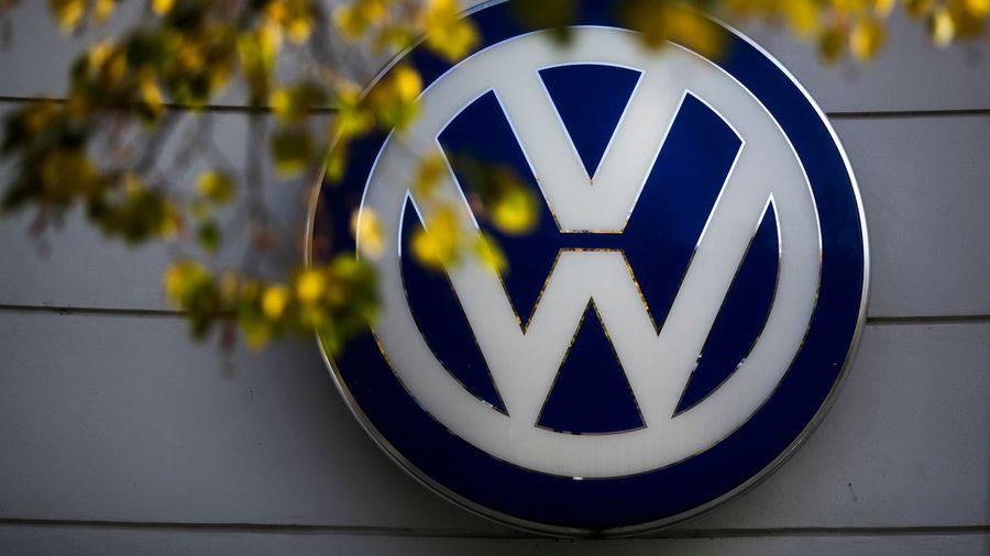 Un logo de la marque Volkswagen sur le bâtiment d'un revendeur de la marque allemande à Berlin.