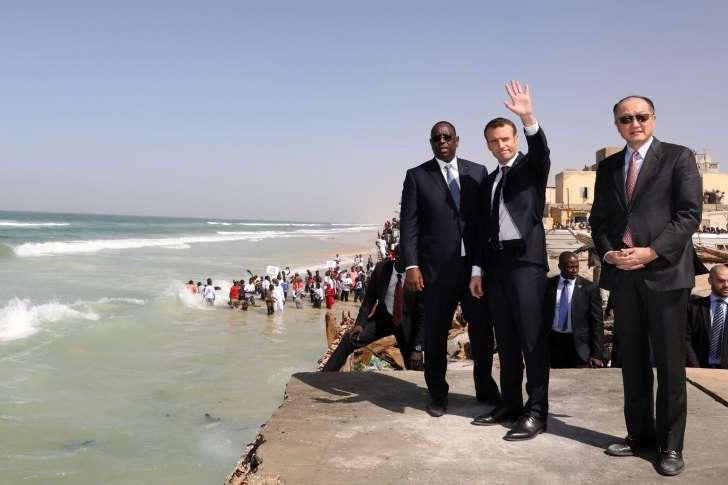 Au Sénégal, face à la montée des eaux, Macron multiplie les promesses
