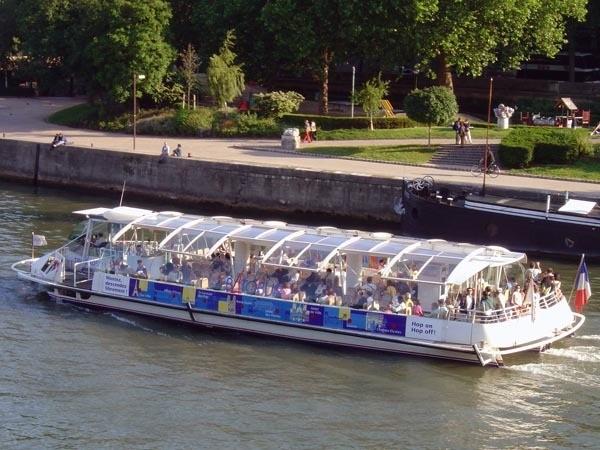 Bateau-Mouche-sur-la-Seine-Paris 2005