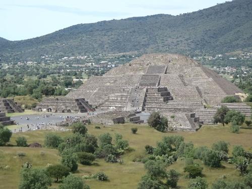 La pyramide de la lune vue depuis la pyramide du soleil