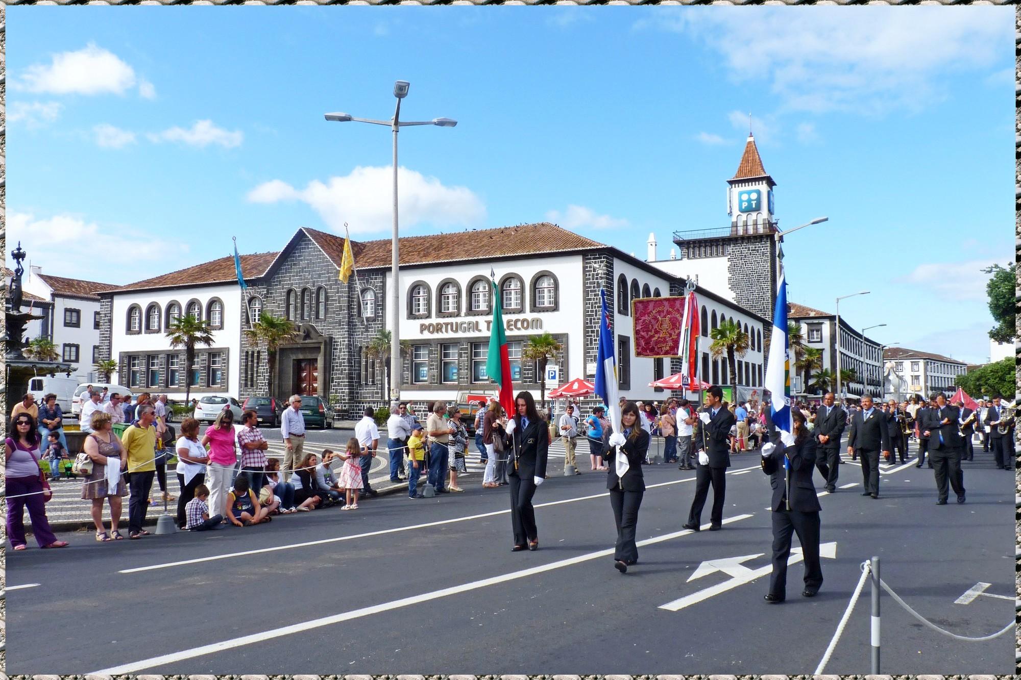Procession de la Festa do Divino Espirito Santo, la « fête nationale » des Açores