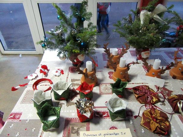 Un bien joli marché de Noël 2019 préparé par les élèves de l'école Saint-Bernard....