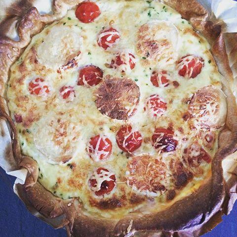 Une quiche au jambon à la tomate et au chèvre