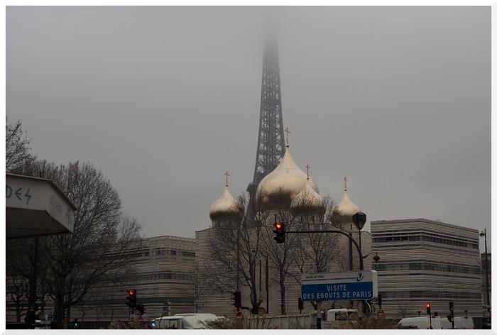 La Tour Eiffel sous le brouillard. Paris