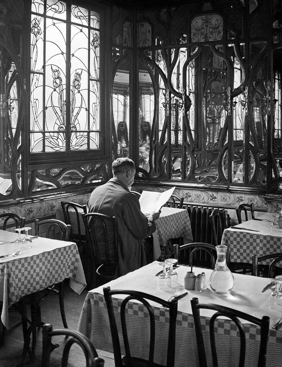 André Kertész - La salle du restaurant Chartier, Quartier Latin, Paris, 1934.: