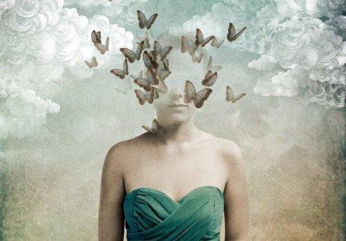 Femme-avec-tête-dans-les-oiseaux-500x348