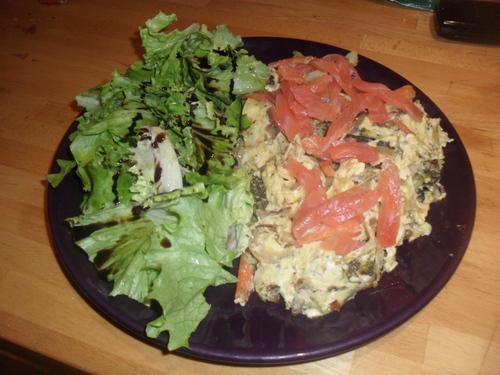repas complet et simple à réaliser : oeufs brouillé aux légumes et saumon fumé