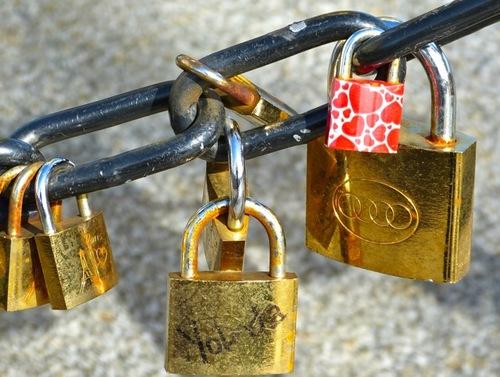La migration des cadenas: du Pont des Arts à la flamme de Lady DI