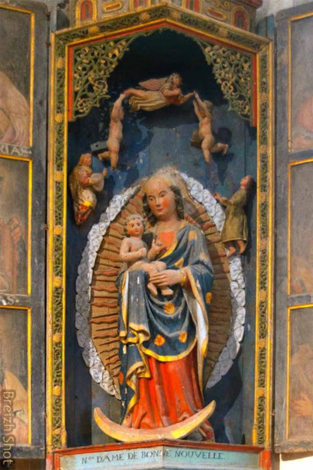 Notre Dame de La Bonne Nouvelle dans une niche où jouent des anges musiciens