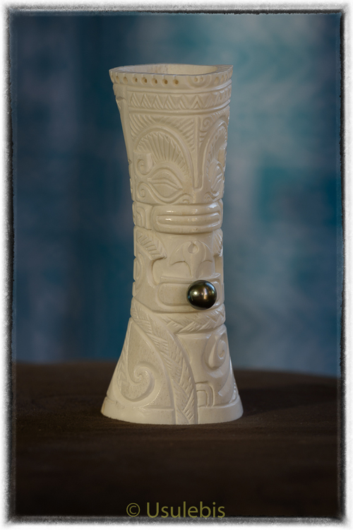Sculpture d'un fémur de symboles Marquisiens