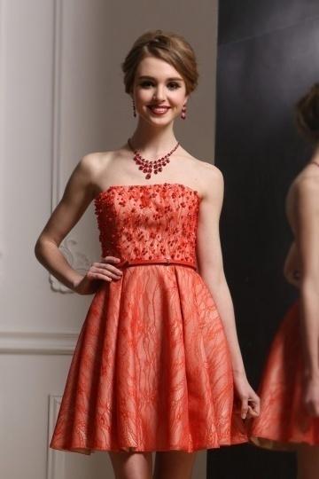 Mini robe courte bustier en dentelle corail ornée de perles