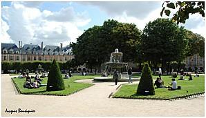 Le-Marais-Place-des-Vosges-01