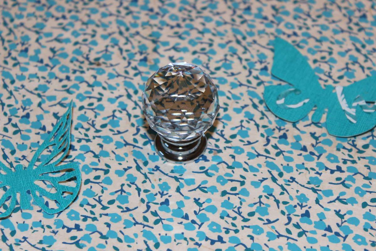Le bouton de commode en verre taillé acheté chez Leroy Merlin qui sert de poignée au couvercle