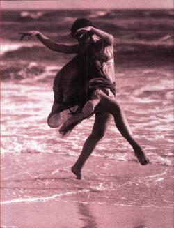 Isadora Duncan dansant sur une plage