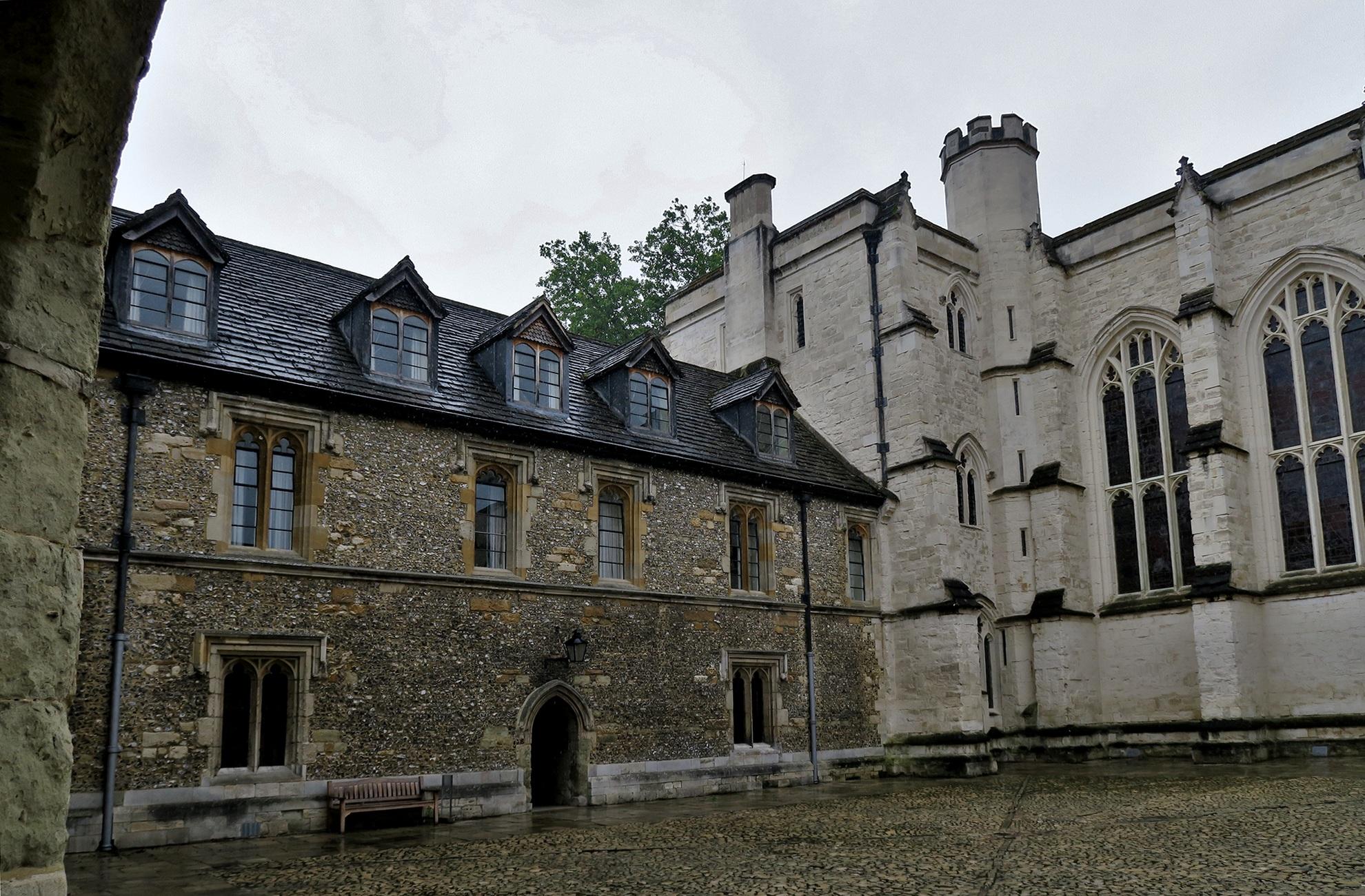 WINCHESTER College : Dortoirs et chapelle dans la seconde cour.