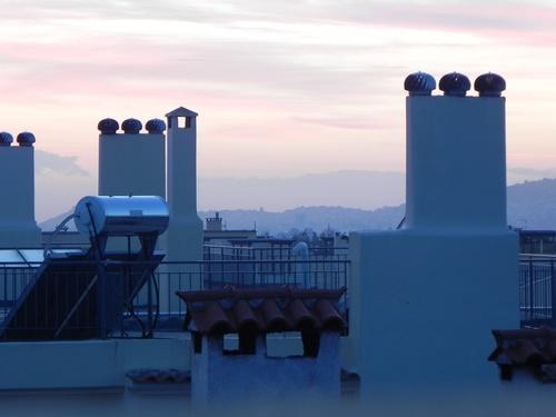 Le coucher de soleil sur les toits de Vrilissia (nord d'Athènes).