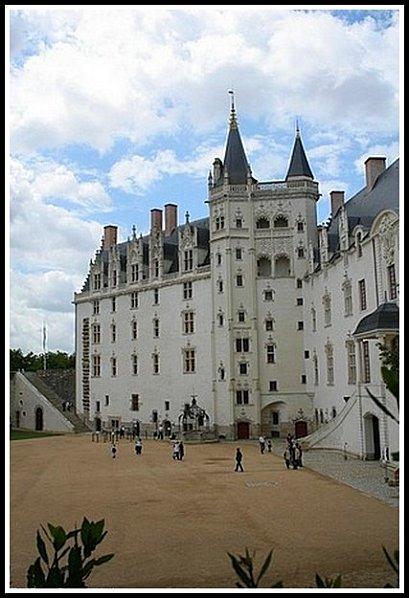 cour-interieur-du-chateau-c.jpg