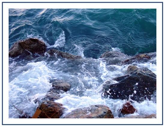 rochers battus par les vagues